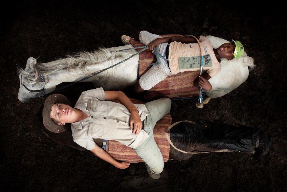 南非摄影师科恩拉德•海因茨•托尔拉奇凭借作品《HW and Olwethu after a long day herding cattle on horses》,成为2021年索尼世界摄影大赛年度学生摄影师。
