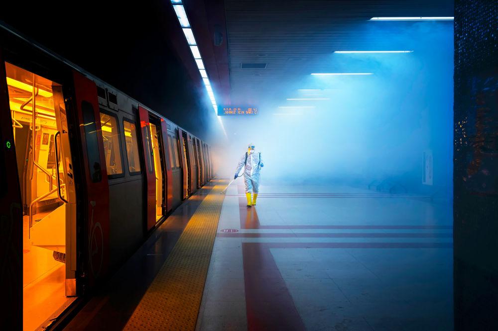 土耳其摄影师F•迪莱克•乌亚尔拍摄的作品《Disinfection》,获得公开组街拍类别奖项。