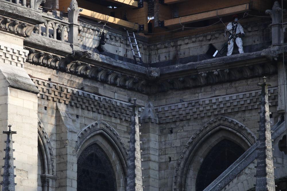 修复巴黎圣母院的工人。