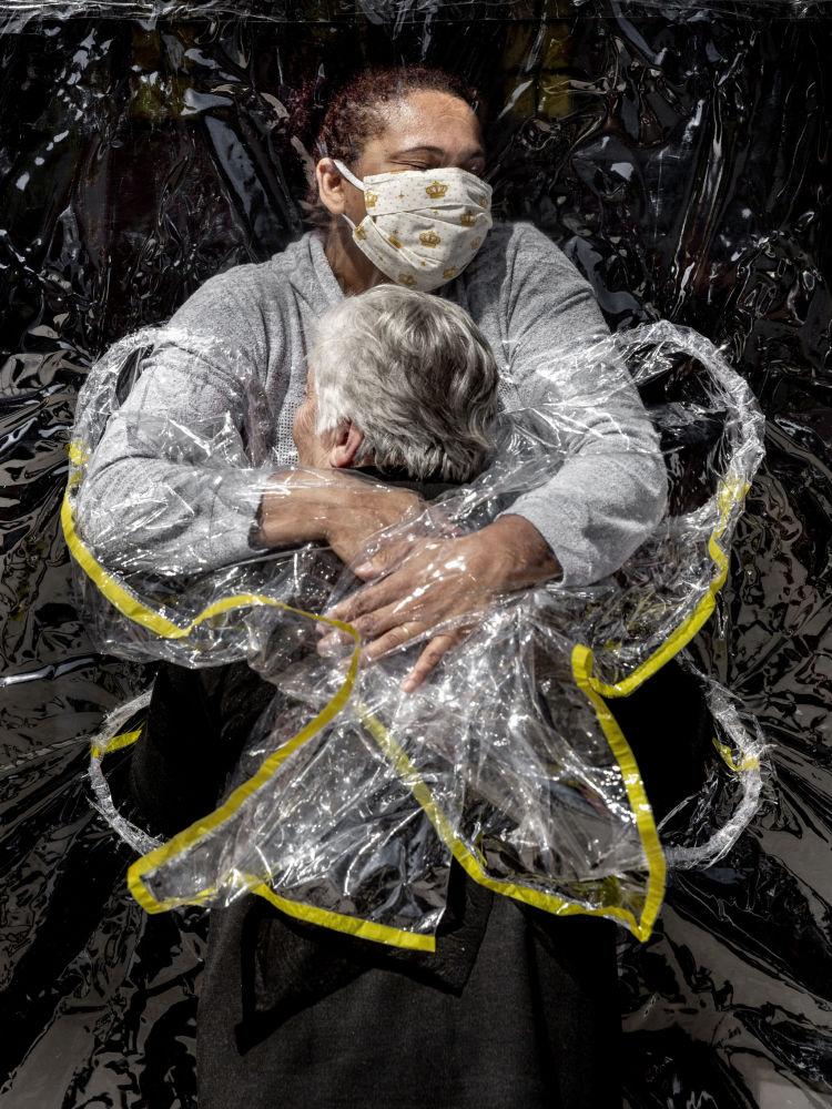 丹麦摄影师麦德斯•尼森拍摄的《第一次拥抱》,获得一般新闻类第一名。
