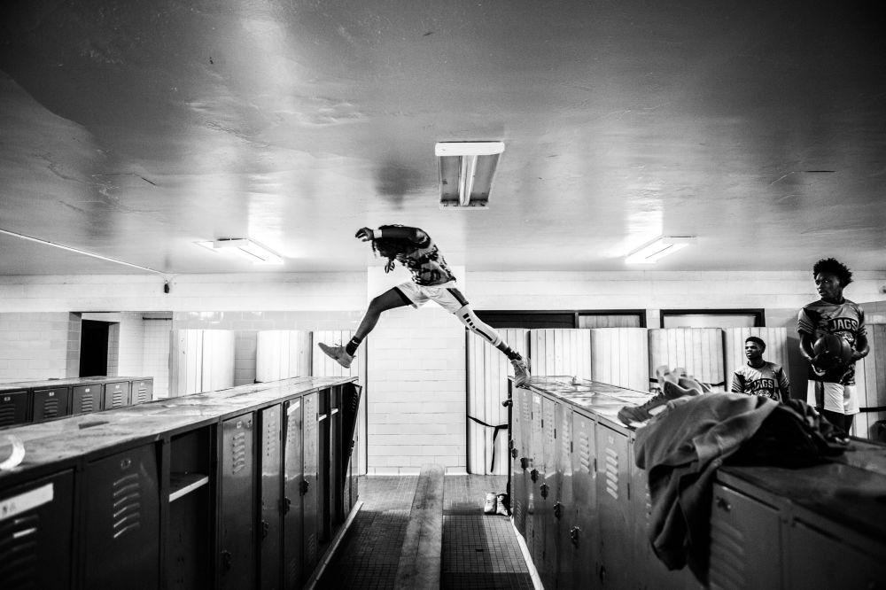 加拿大摄影师克里斯•多诺万拍摄的《留下来的将是冠军》系列作品,获得体育类第一名。