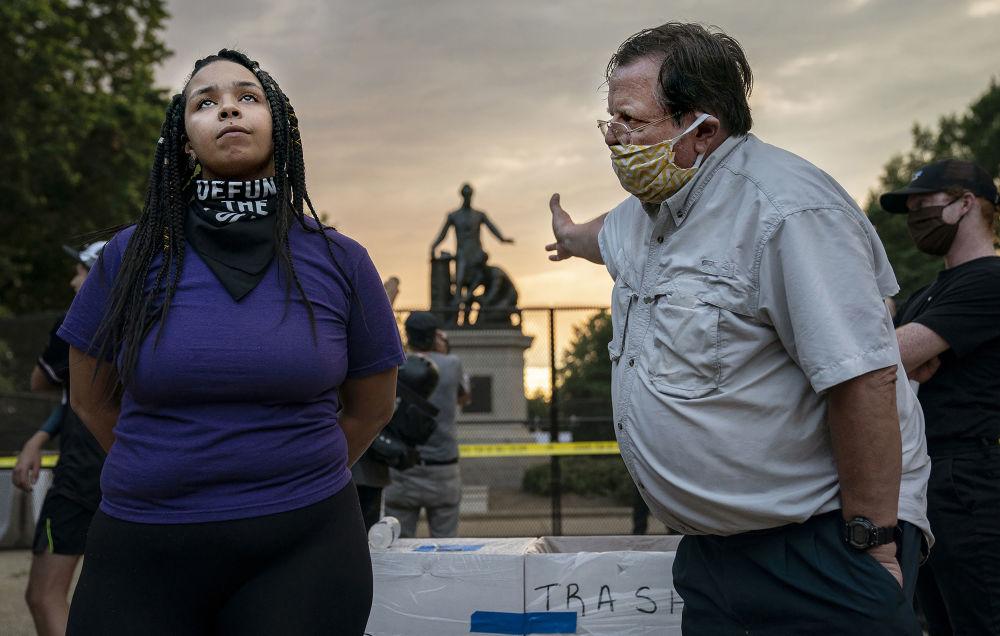 美国摄影师伊夫琳•霍克斯坦拍摄的《解放碑前的辩论》,获得体育新闻类第一名。