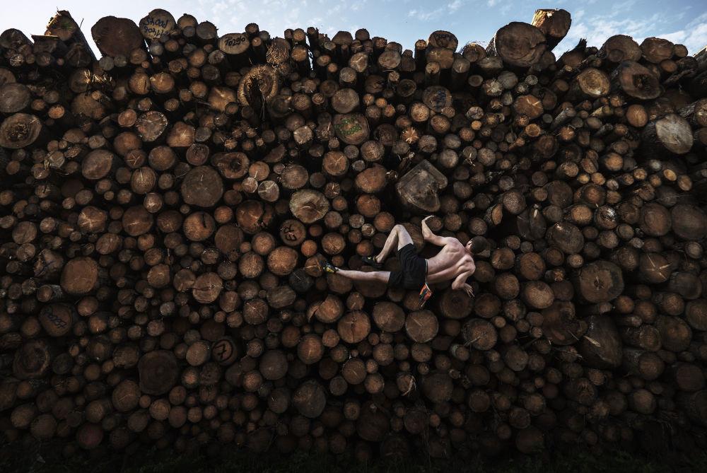 澳大利亚摄影师亚当•普雷特拍摄的《圆木桩抱石攀岩》,获得体育类第一名。