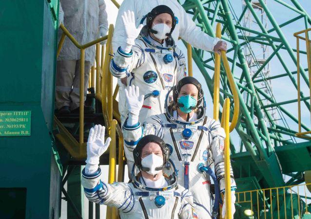 """成功返回地球的""""联盟MS-17""""飞船上的三名宇航员出舱"""