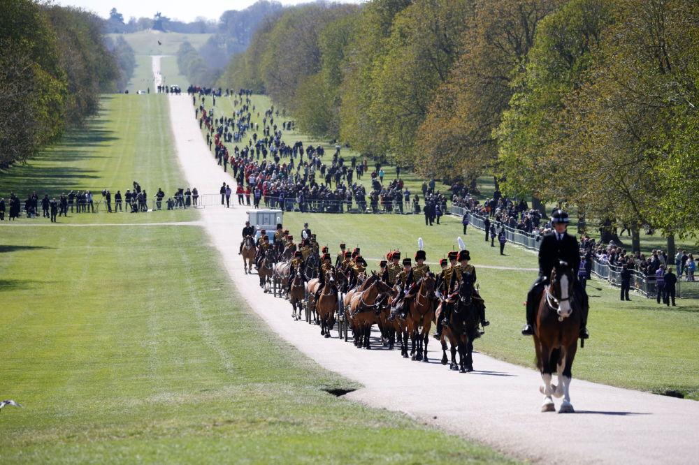 已故菲利普亲王葬礼当天,英国皇家骑兵炮兵到达温莎城堡。