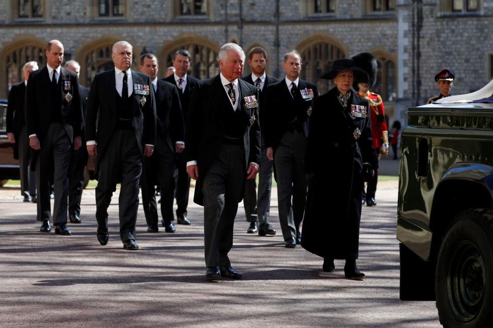 王室成员在已故菲利普亲王的葬礼上。