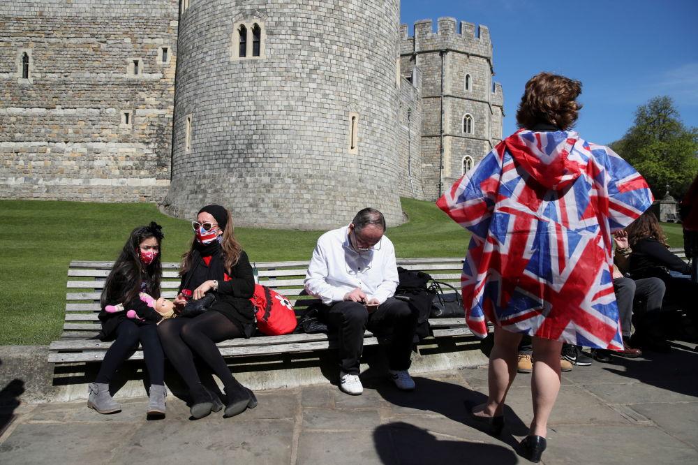 已故菲利普亲王葬礼当天,人们坐在温莎城堡附近。