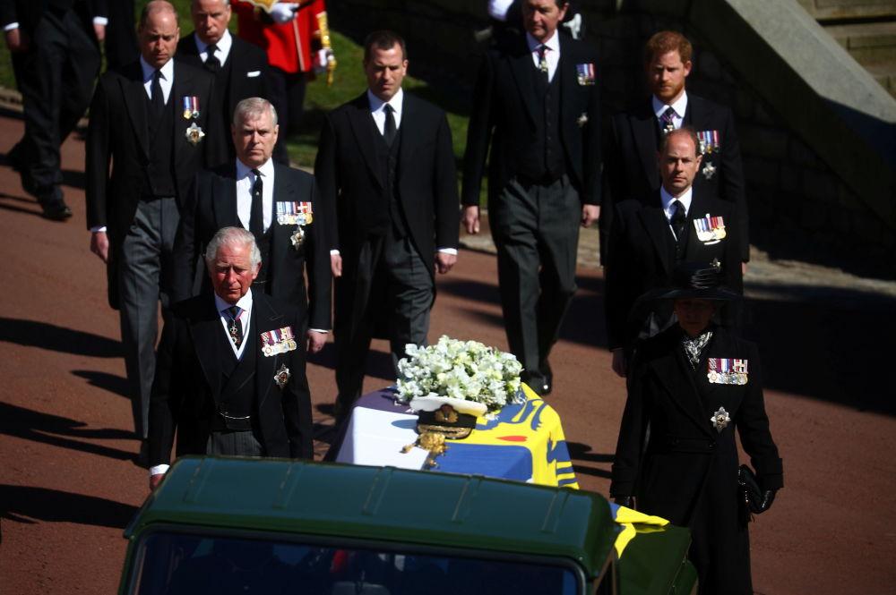 已故菲利普亲王葬礼当天,士兵们在温莎城堡圣乔治教堂附近守卫。