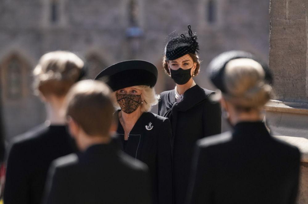 康沃尔公爵夫人卡米拉和剑桥公爵夫人凯瑟琳在已故菲利普亲王的葬礼上。