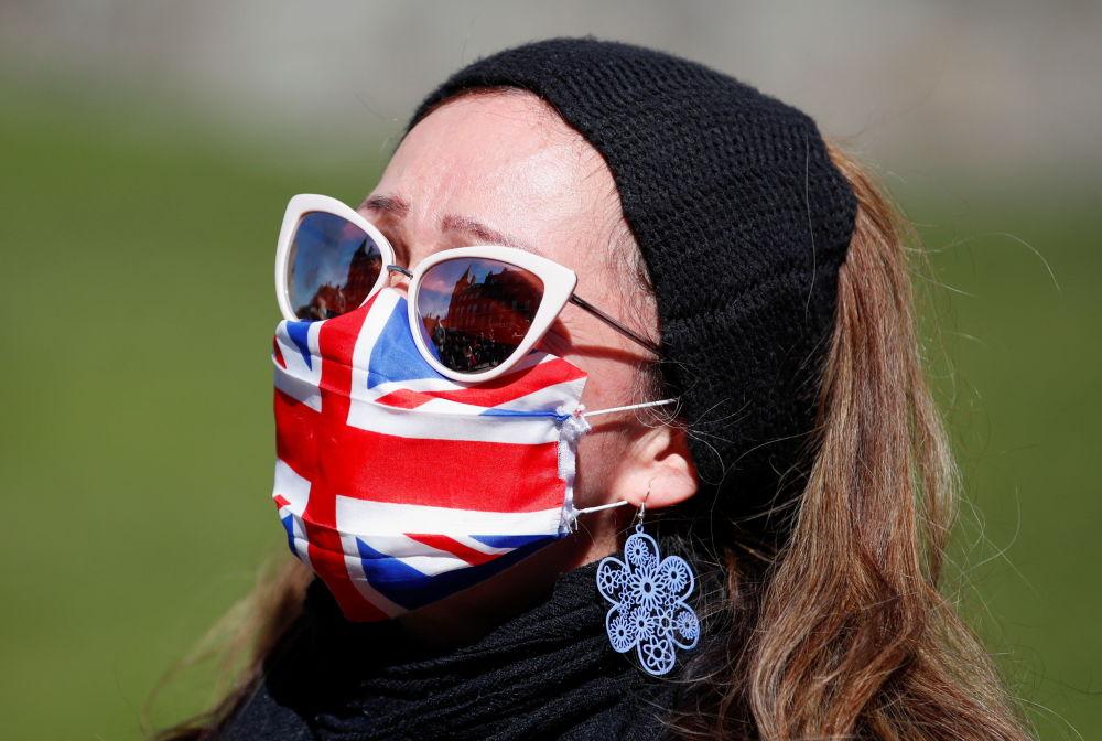 已故菲利普亲王葬礼当天,温莎城堡附近戴口罩的女子。