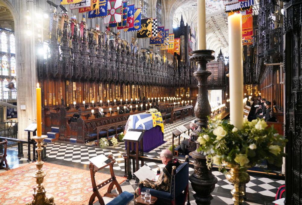温莎城堡圣乔治教堂里,已故菲利普亲王葬礼上的王室成员。