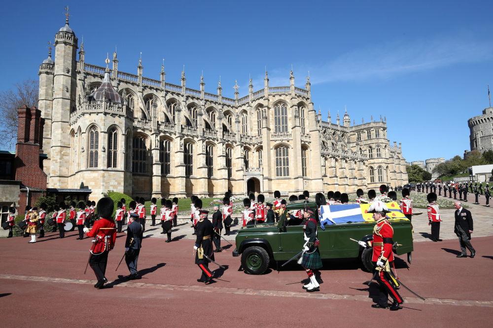温莎城堡内,已故菲利普亲王的灵车。
