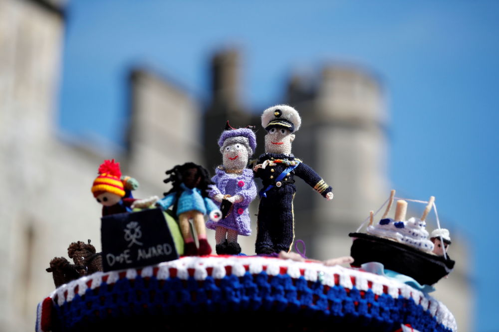 已故菲利普亲王葬礼上的女王夫妇的编织小人偶。