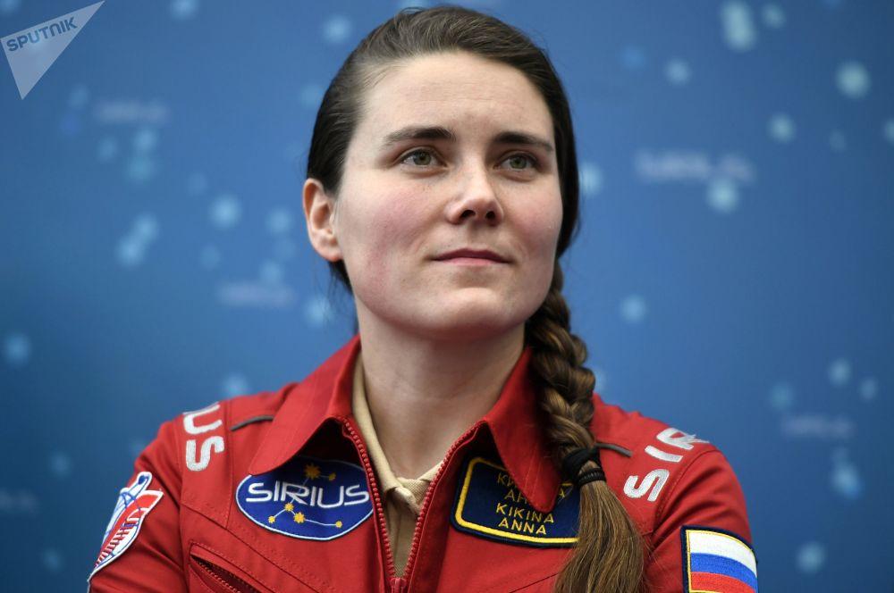 实验参与者安娜·基基娜在新闻发布会上。
