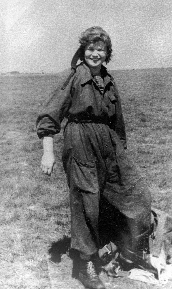 航天员瓦莲京娜·捷列什科娃在雅罗斯拉夫尔航空俱乐部机场。