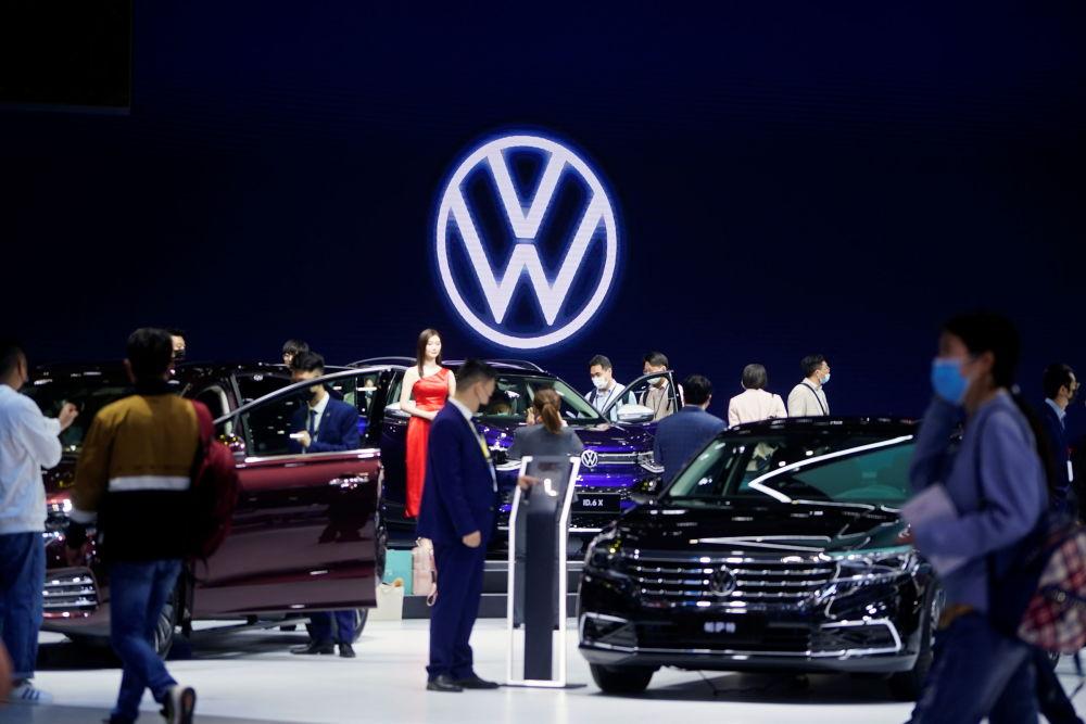 上海国际车展现场的观众。