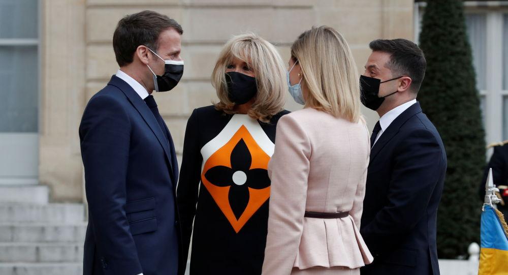 马克龙妻子在与泽连斯基会面时的着装遭网民痛骂