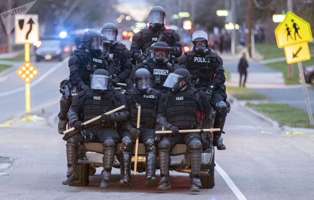明尼苏达州抗议活动中的警察。