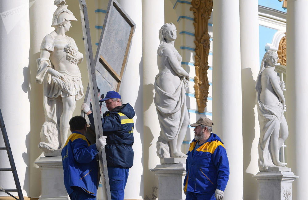 皇村,工作人员为夏季开放做准备。