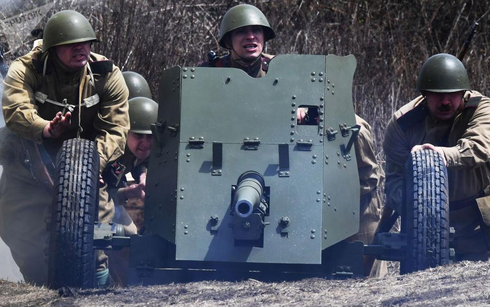 """符拉迪沃斯托克俄罗斯岛上再现""""泽洛高地之战""""。"""