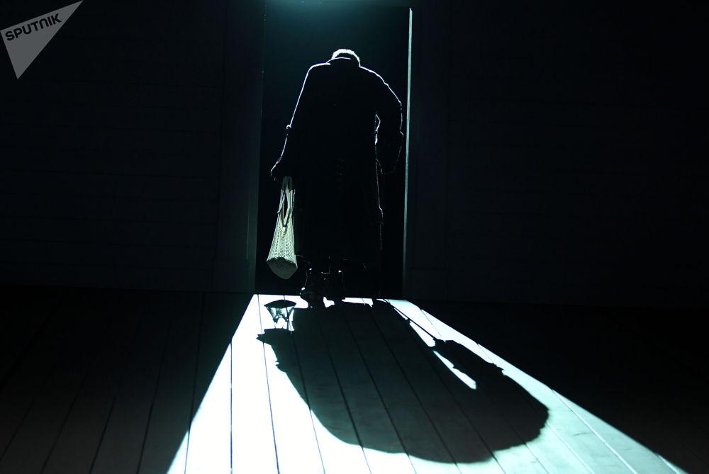 莫斯科马雅可夫斯基剧院里上演戏剧《妻子的学校》。