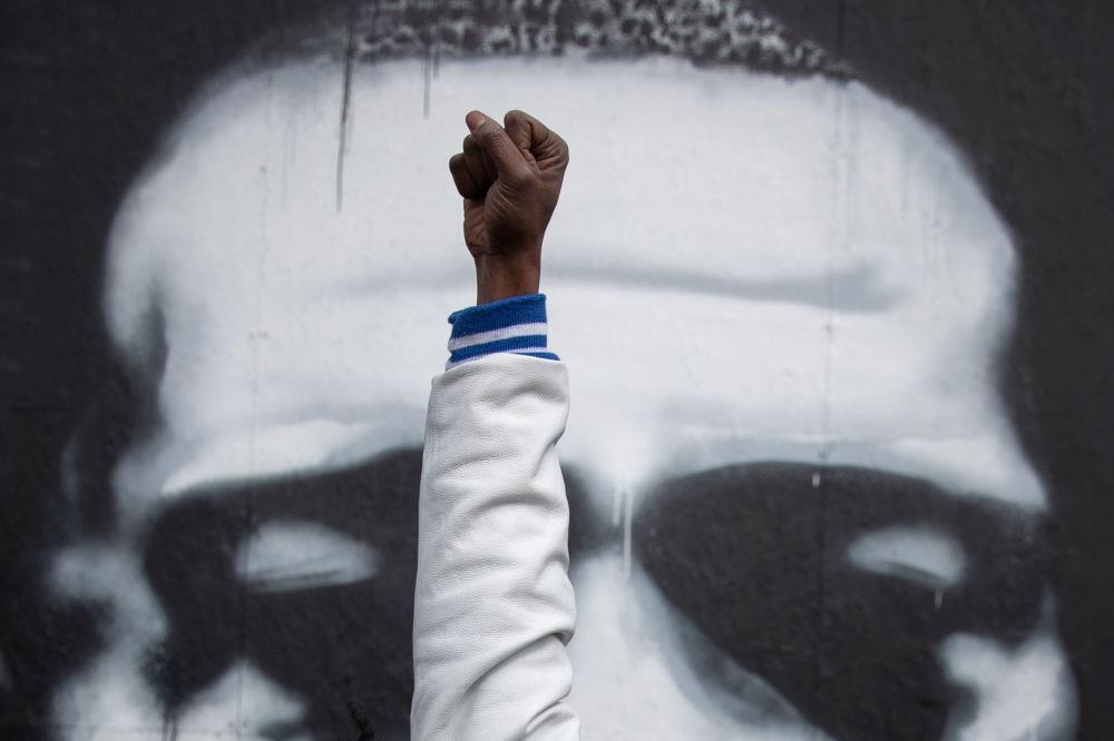 明尼阿波利斯当地居民在得知对前警察肖万作出判决后的反应。