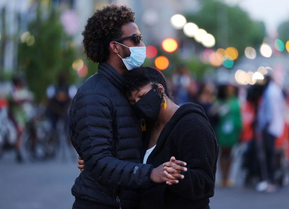 华盛顿,一男一女得知对前警察肖万的判决后拥抱。