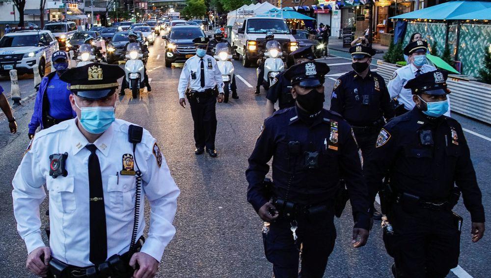 对前警察肖万作出判决后,纽约街上的警察。