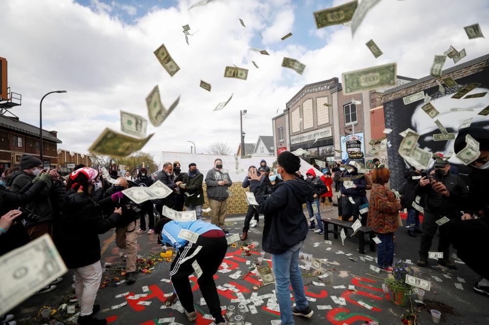 明尼阿波利斯,人们得知对前警察肖万作出的判决后,将美元抛向空中。