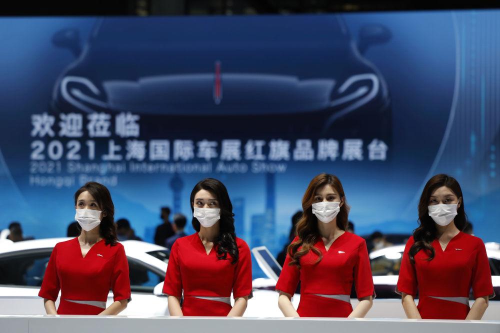 第19届上海国际车展上的接待员们。