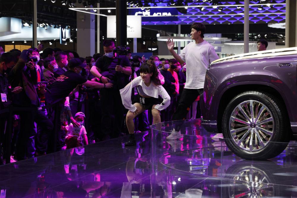 第19届上海国际车展上的演员们。