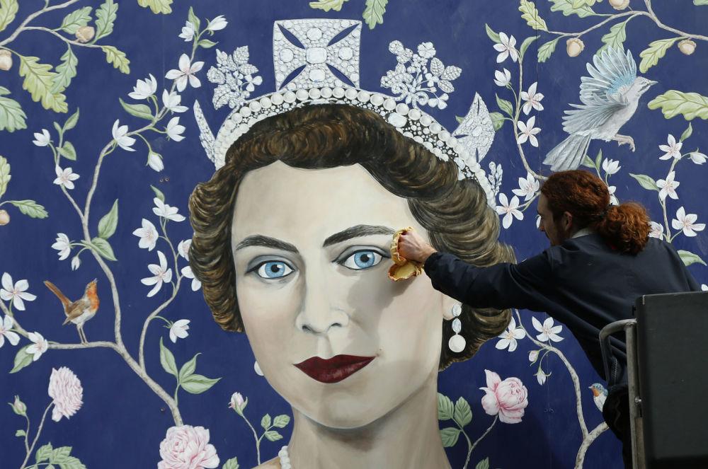 工人们在伦敦市中心安装了一幅壁画,上面描绘着英女王伊丽莎白二世。