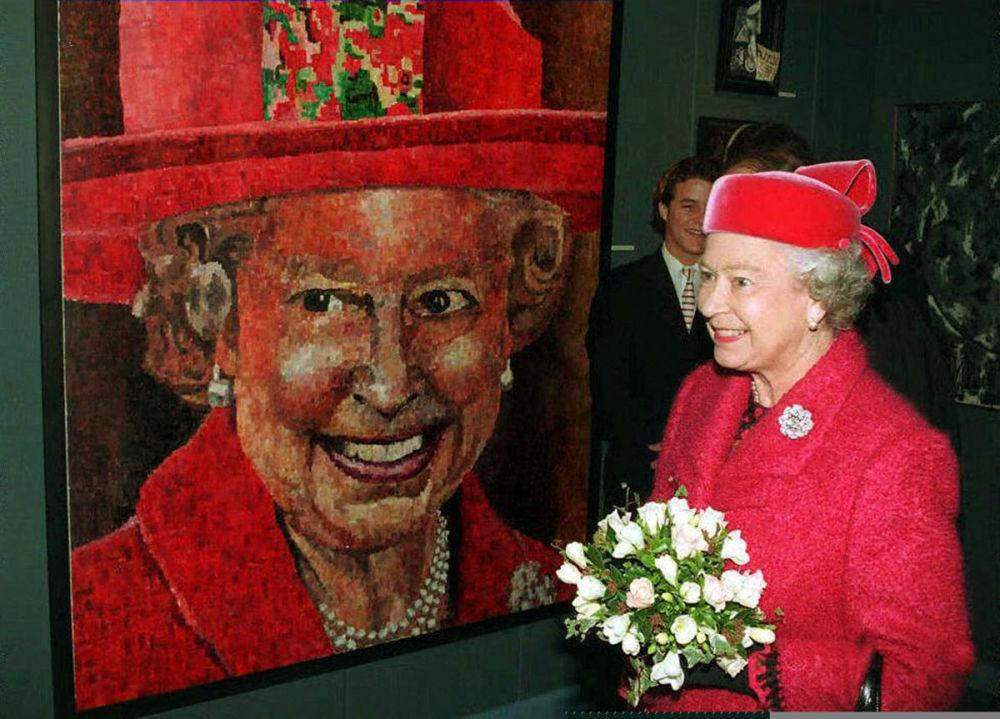 伊丽莎白二世女王和英国画家彼得•霍金斯为她画的肖像。