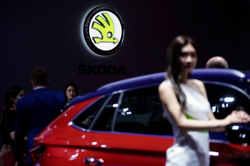第19届上海国际车展斯柯达展台上的车模。
