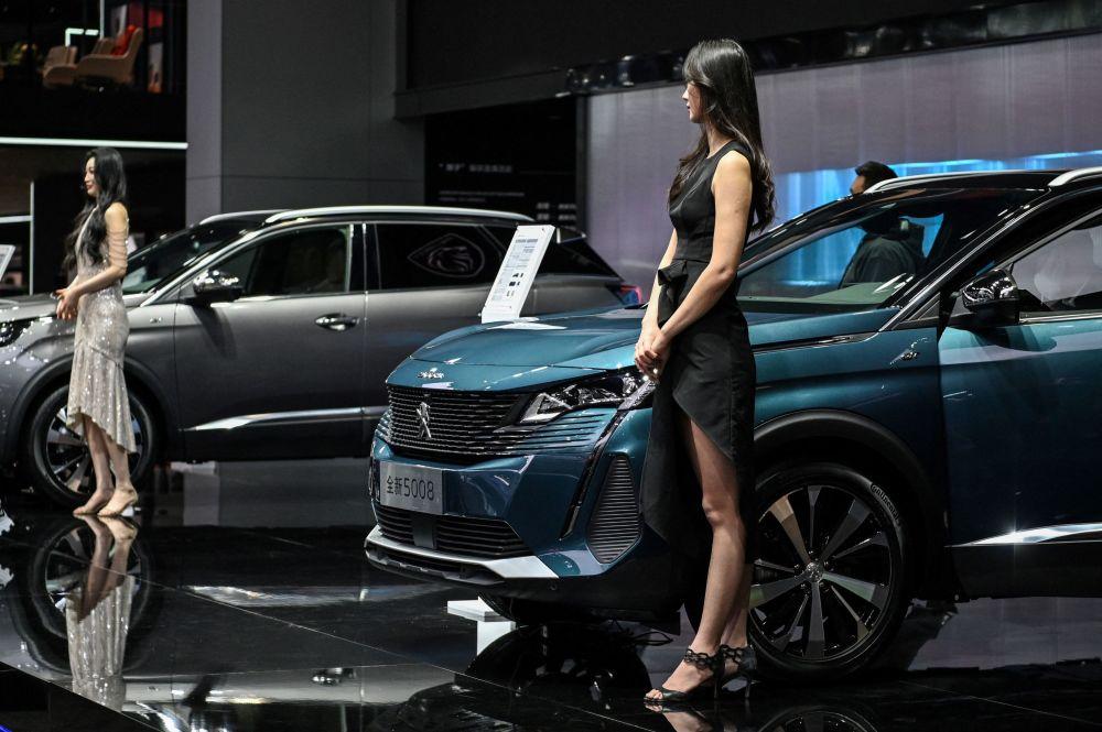 第19届上海国际车展标志汽车旁的车模。