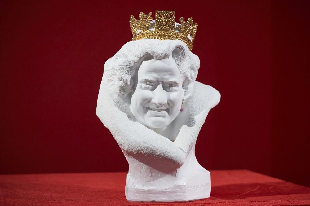 英女王伊丽莎白二世的半身雕塑,该作品由中国艺术家陈大鹏用中国白瓷制成。