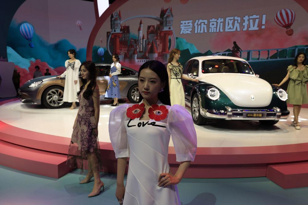第19届上海国际车展中国品牌欧拉汽车旁的车模。
