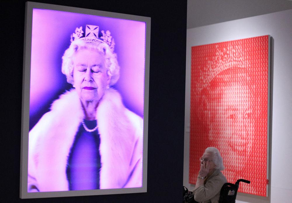 """北爱尔兰,贝尔法斯特阿尔斯特博物馆里举办的""""女王:艺术与形象""""展。"""