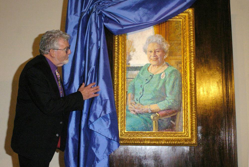澳大利亚艺术家罗尔夫•哈里斯在伦敦白金汉宫展示英女王伊丽莎白二世的肖像。