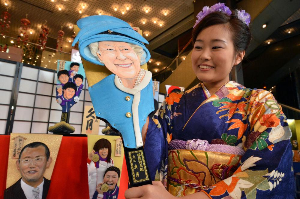 日本东京,Kyugetsu公司展厅里的英女王伊丽莎白二世形象的木制球拍。