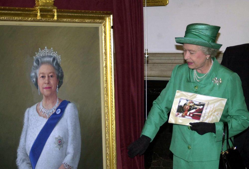 英女王伊丽莎白二世和由西奥多•拉莫斯绘制的个人肖像画。