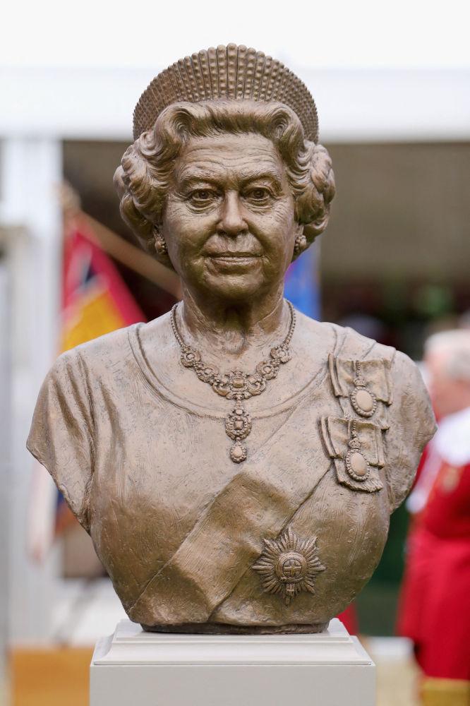 英女王伊丽莎白二世的青铜半身像。