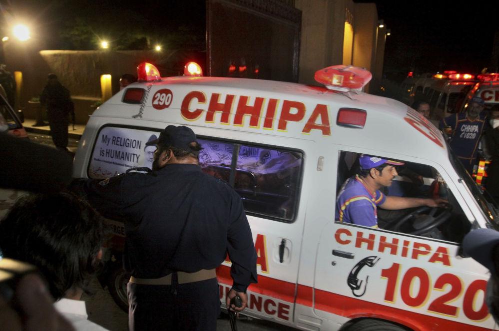 巴基斯坦急救车在爆炸现场运送伤者。