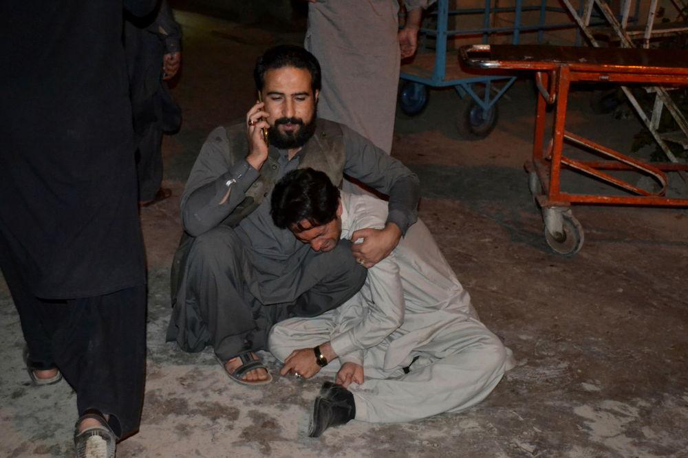 滞留在爆炸现场的巴基斯坦民众。