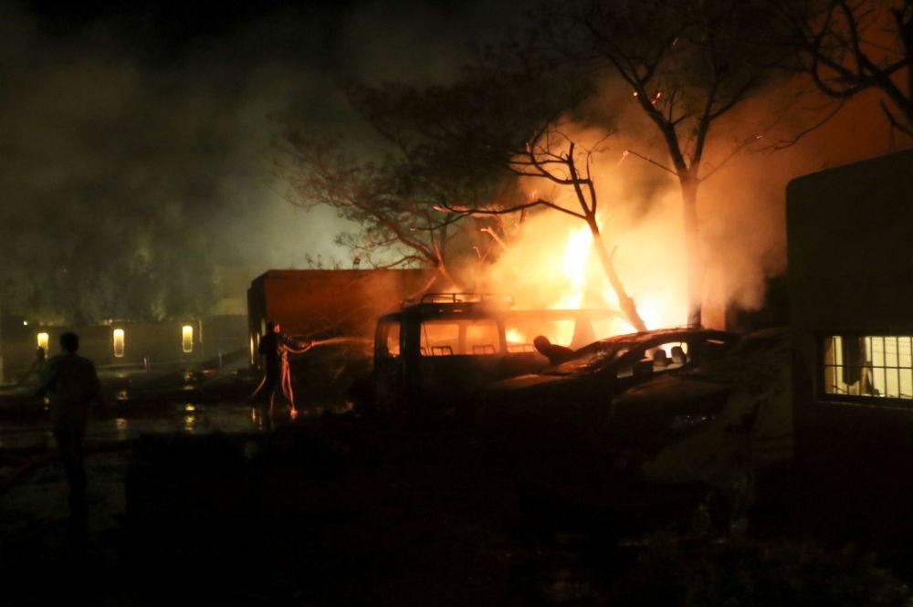 巴基斯坦消防人员在爆炸现场救援。