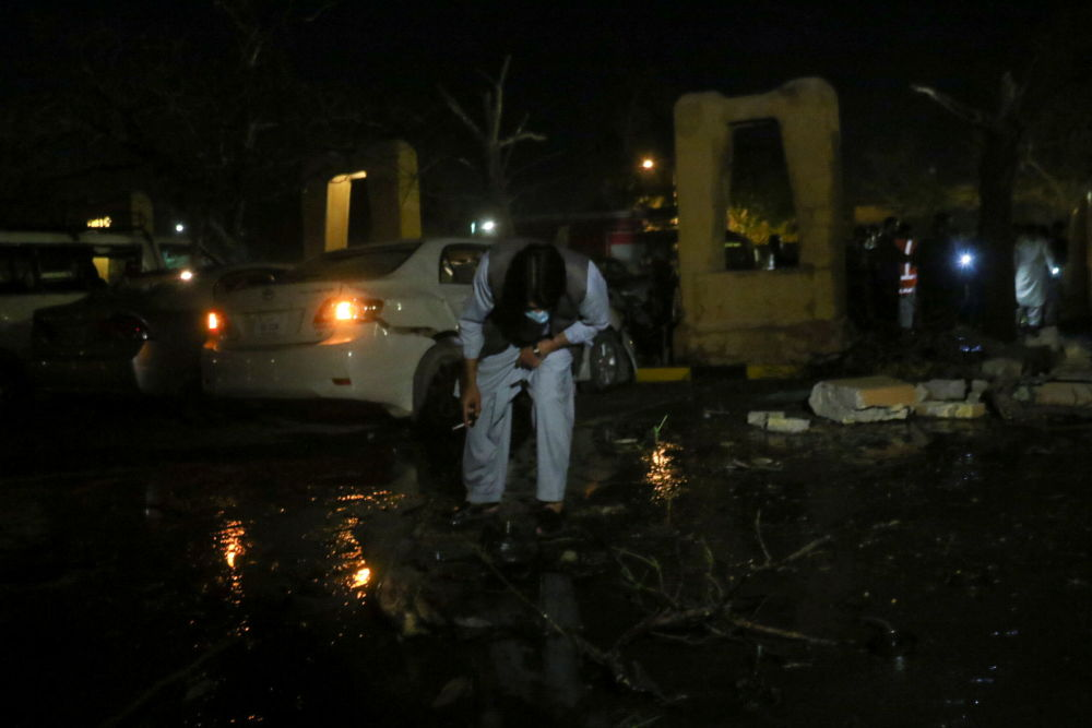 巴基斯坦警方在爆炸现场调查。