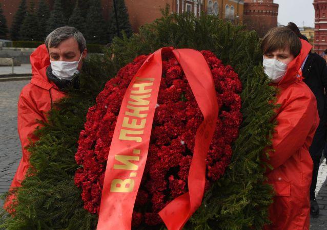 俄罗斯共产党党员在列宁诞辰纪念日向列宁墓献花