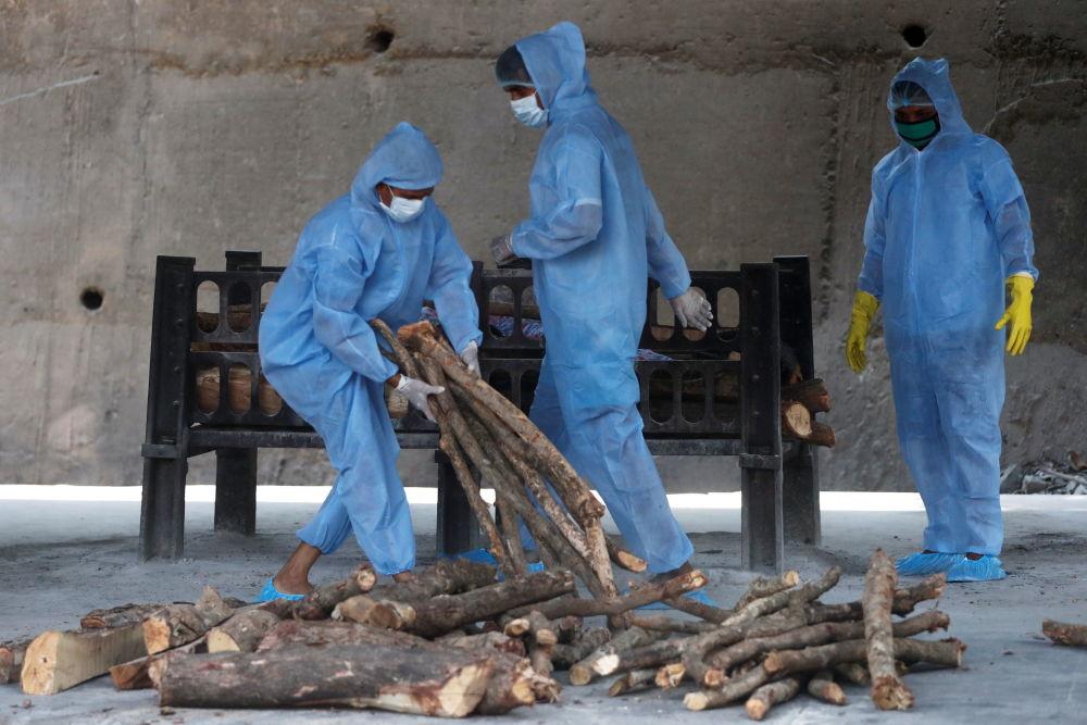 新德里火葬场工人准备焚尸使用的火料。