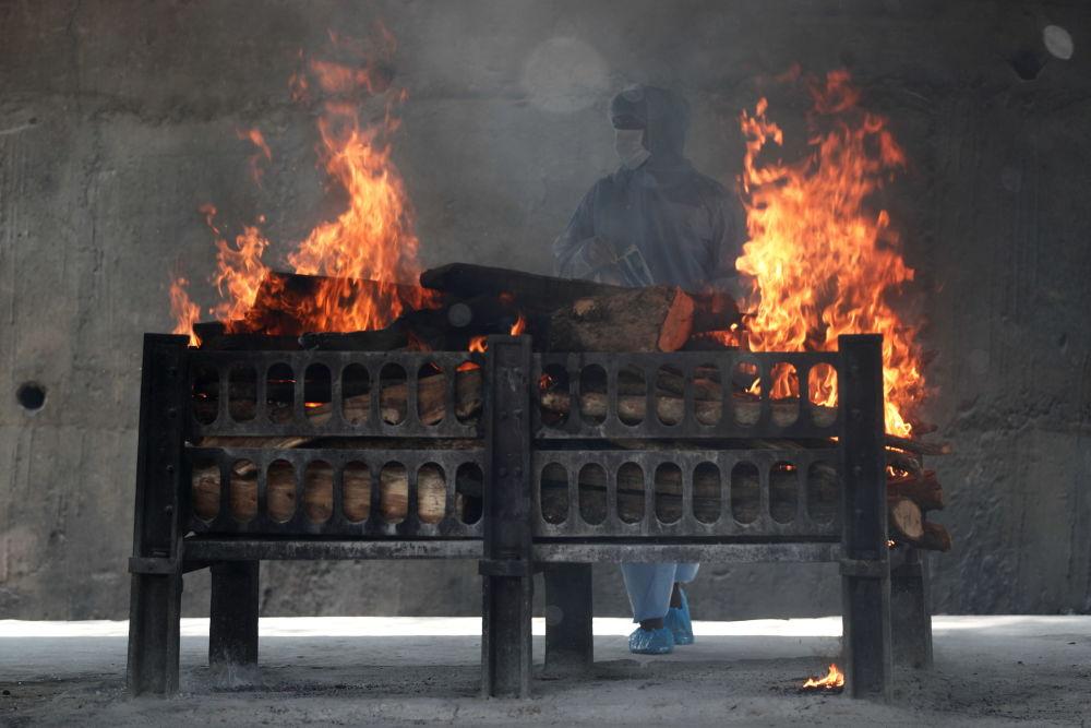 新德里火葬场工人观察焚尸炉。