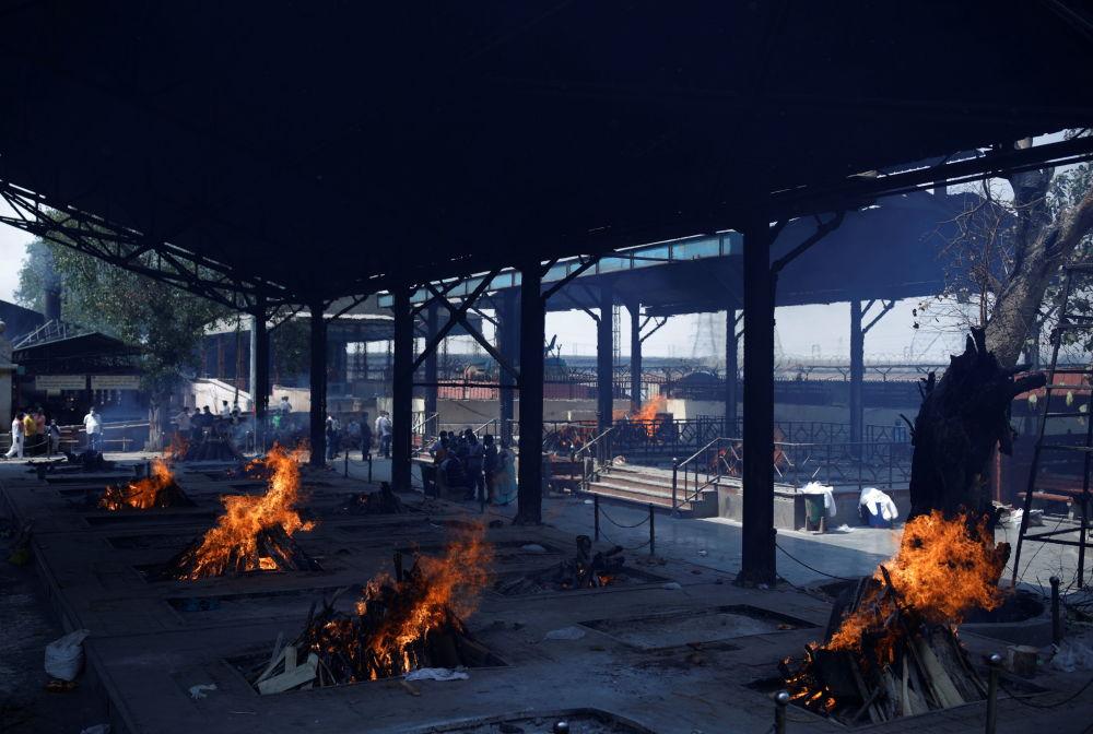 新德里火葬场火化新冠去世者。